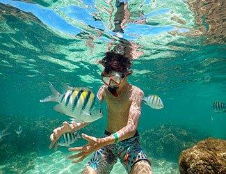 Criança nas piscinas naturais de Maragogi