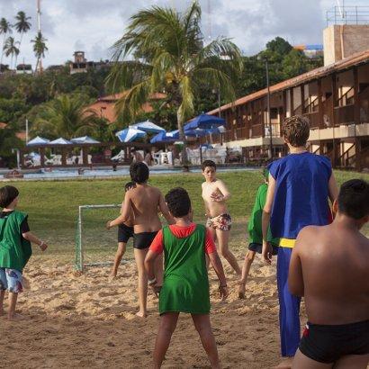 crianças jogando futebol salinas